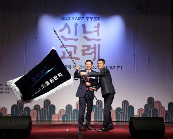 10-1. 총동문회장 이취임식_동문회기전달.JPG